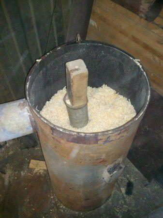 Заполняем печь опилками