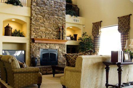 Красивый камин из камня в гостинной - фото