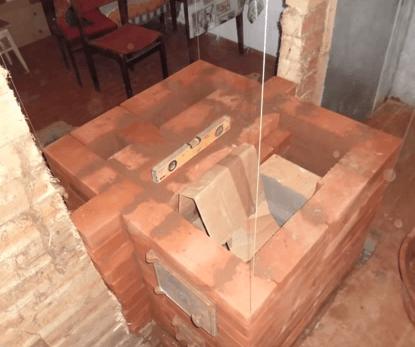 Перекрываем топочную дверцу соединяем канала у печи