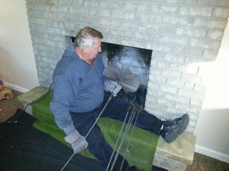 Процесс чистки дымохода