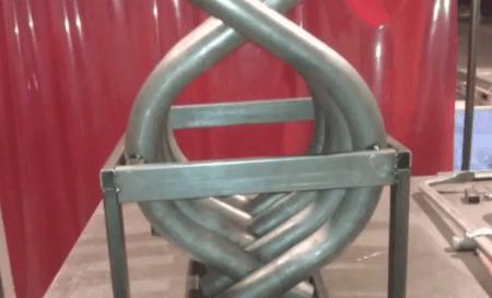 Вставляем трубы в каркас и крепим сварочным аппаратом