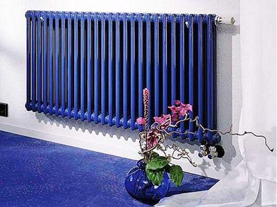 Металлическая батарея отопления в синем дизайне