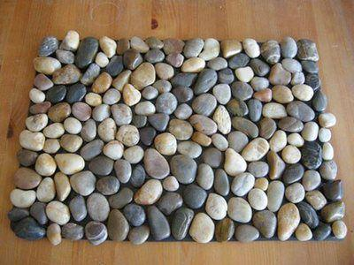 Морские камешки - отличный декор для камина
