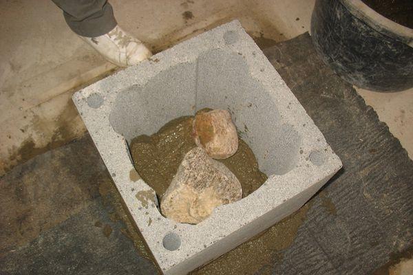 Блок-основание наполняют камнями и бетоном