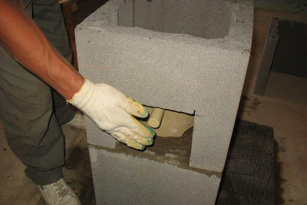 Трубку для отвода конденсата выводят в выпил в блоке