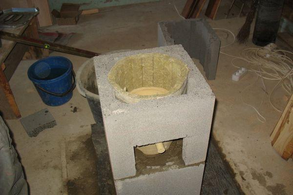 Утеплитель укладывают вокруг керамических труб, заполняя промежутки