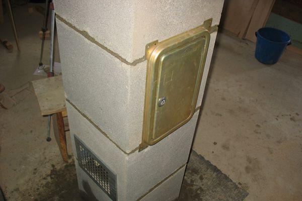 Дверка для ревизии вполнена из металла и входит в комплект поставки