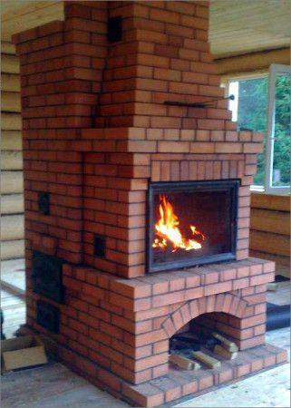 Печка - камин по центру комнаты