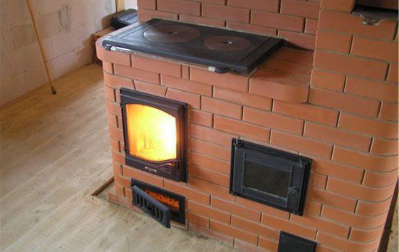 Кирпичная отопительная печь с натуральной отделкой и серыми швами