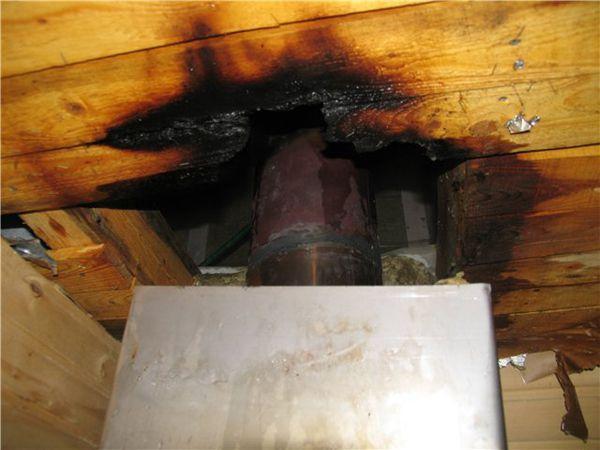 Неизолированная труба из металла - частая причина возгораний