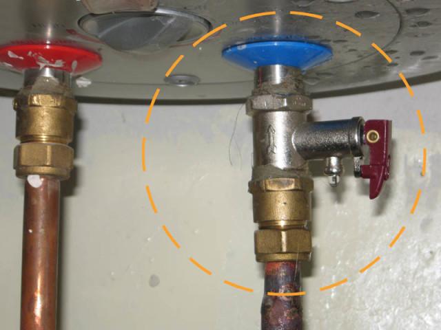 Предохранительный клапан с рычагом слива воды