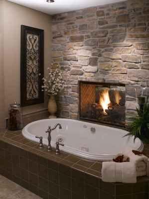 Неожиданное смелое решение - двухсторонний камин в ванной