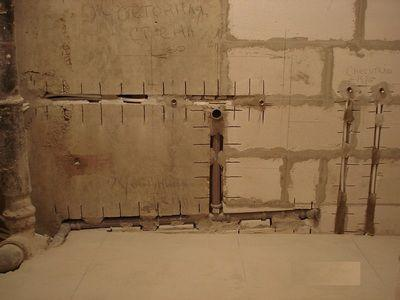 Трубы можно спрятать в стену