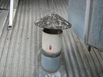 Завершатся оголовок трубы зонтиком от попадания осадков