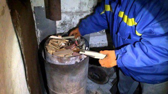 Закладка дров в пиролизную печь