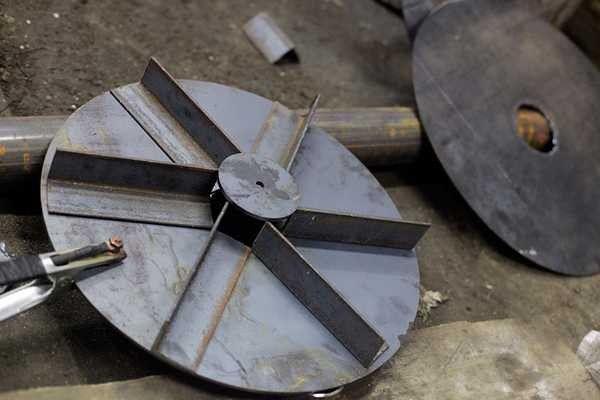 Закрепленные с обратной стороны поршня отрезки металлопрофиля