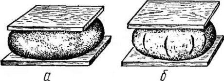 Проверка образца глины с помощью досточек