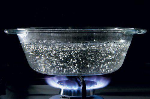 Нагреваем воду и добавляем в нее мыльную крошку