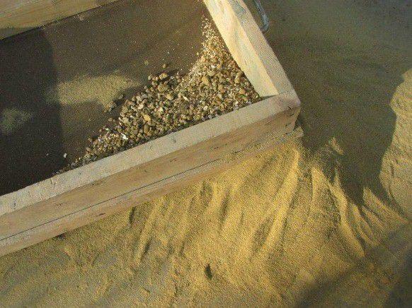 Просеивание песка ситом
