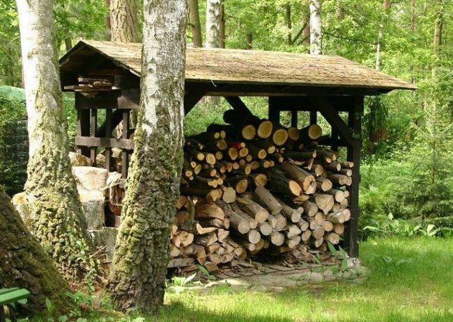 Простая деревянная дровница для улицы