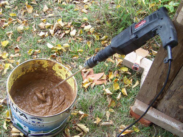 Процесс замеса глины для печи