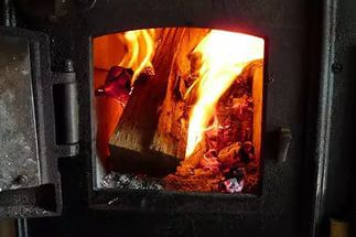 Металлическая печь для бани обложенная кирпичом