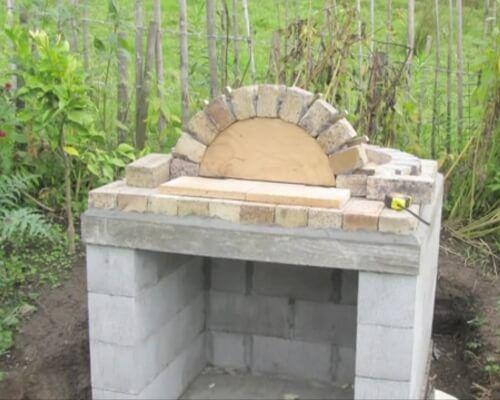 Выкладывается арка по фанерному шаблону
