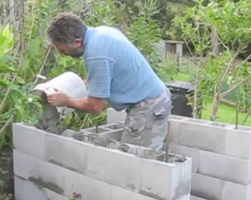 Заливаем в основание цементный раствор