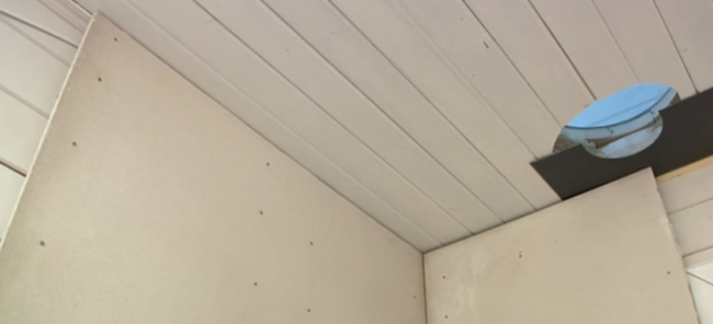 Стена до потолка защищена минеральной ватой (в листах)