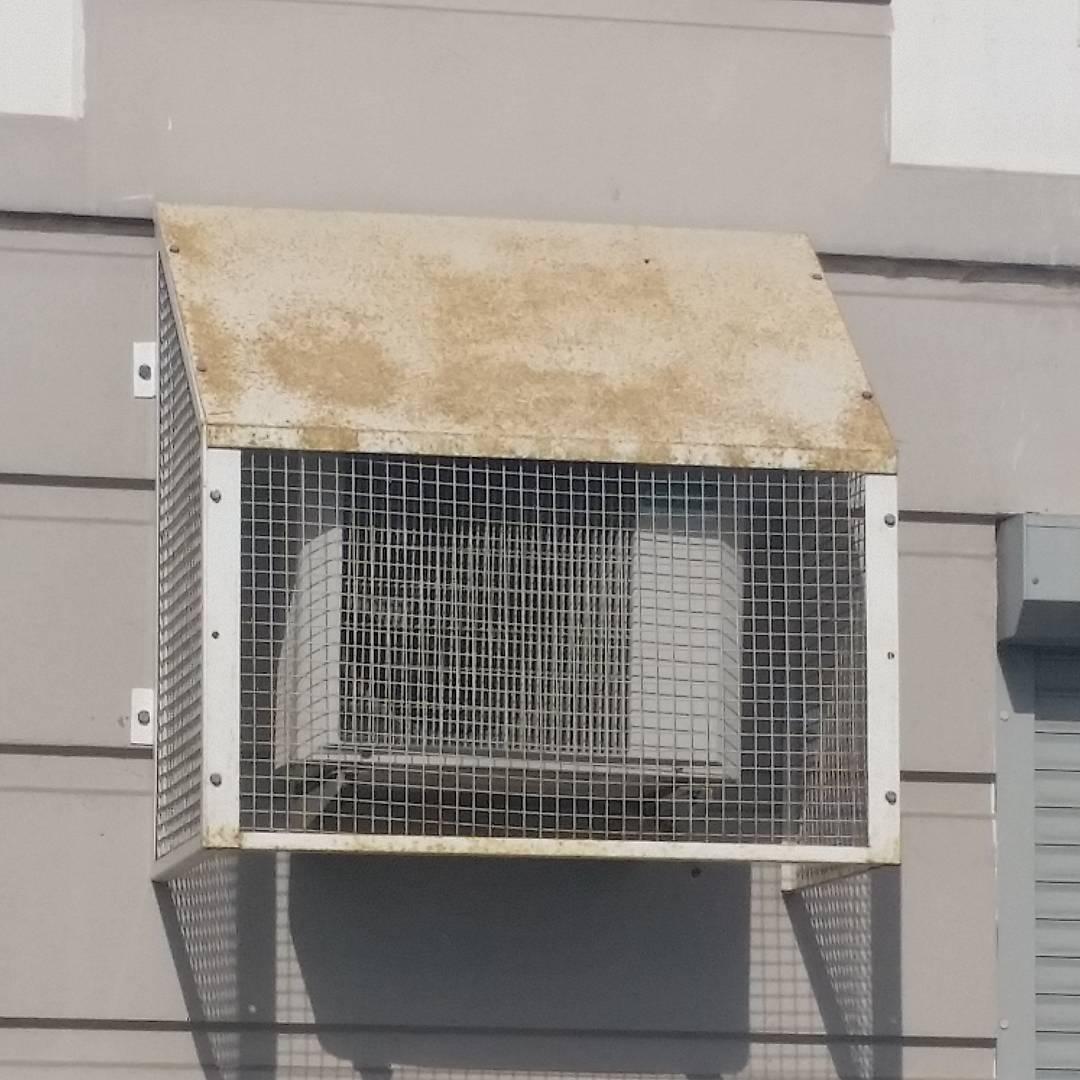 Такой вариант часто делают на нижних этажах, чтобы защитить от вандалов