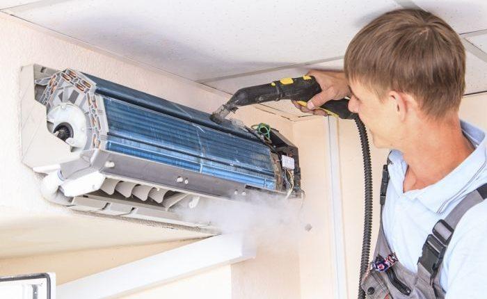 Мастера используют специальное оборудование, но можно воспользоваться щеткой или пылесосом