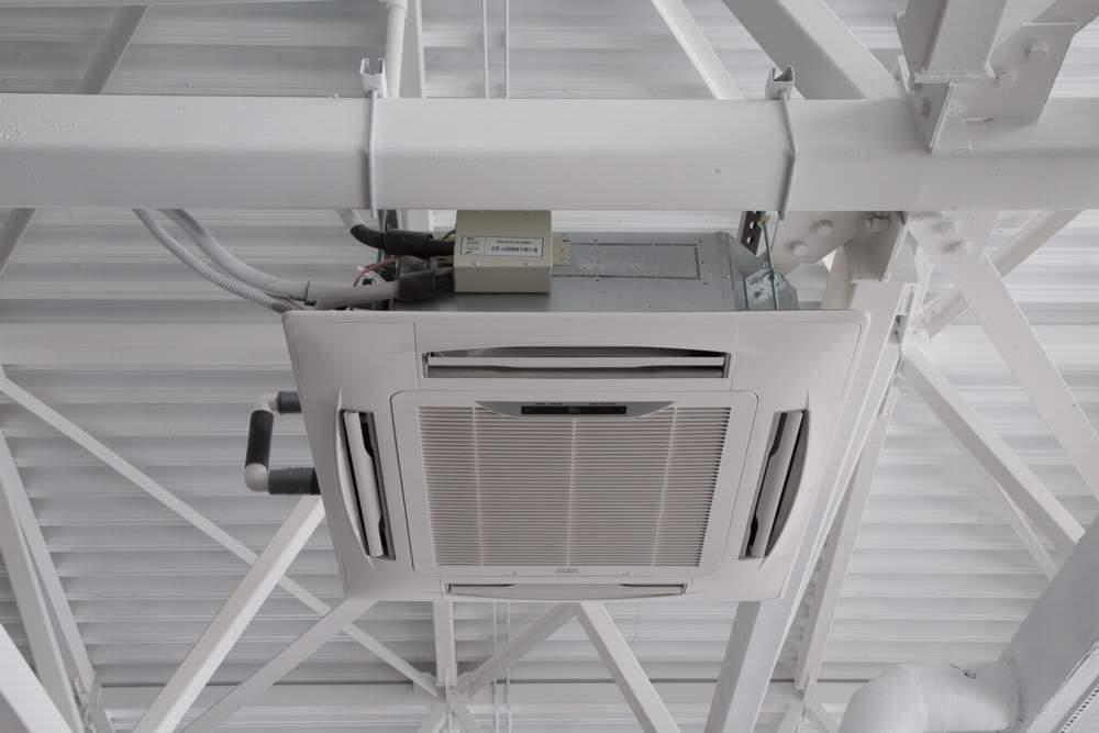 Фанкойлы отличаются способом монтажа: бывают настенные, напольные и потолочные агрегаты